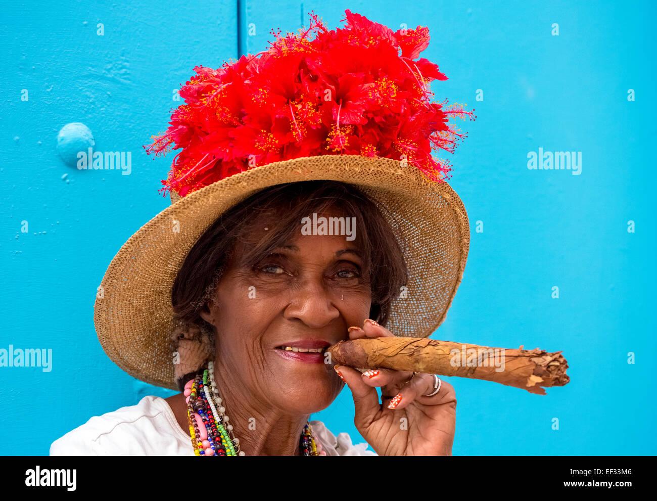 Senior kubanische Frau eine kubanische Zigarre rauchend, Havanna, Kuba Stockbild