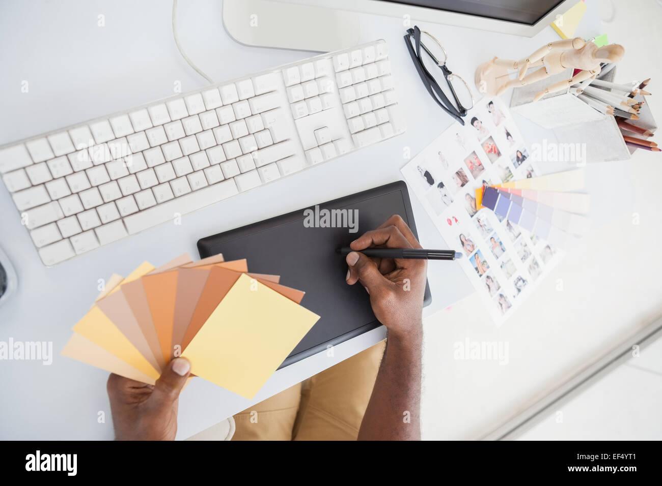 Designer mit Digitizer und Farbrad Stockbild