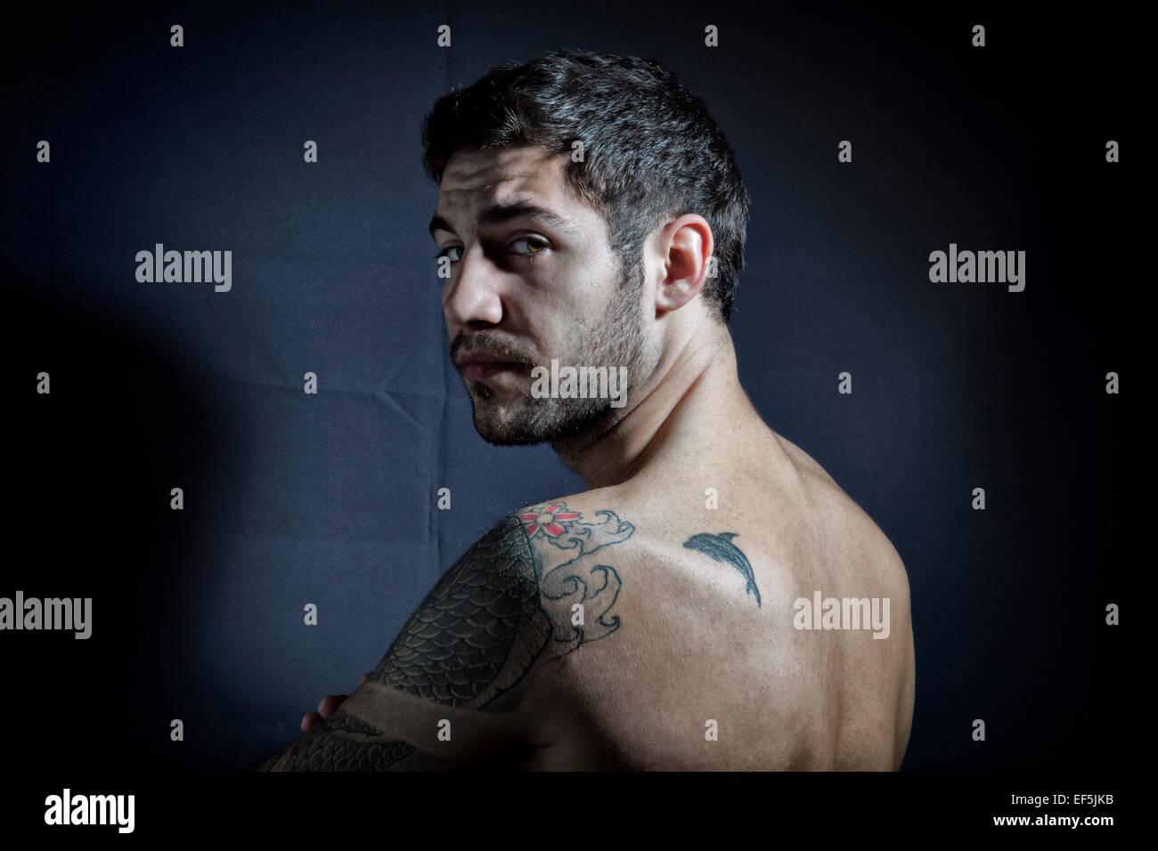 Porträt des jungen Menschen mit tattoos Stockbild