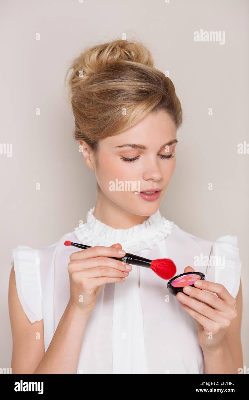 Schöne Frau mit Make-up Pinsel Stockbild