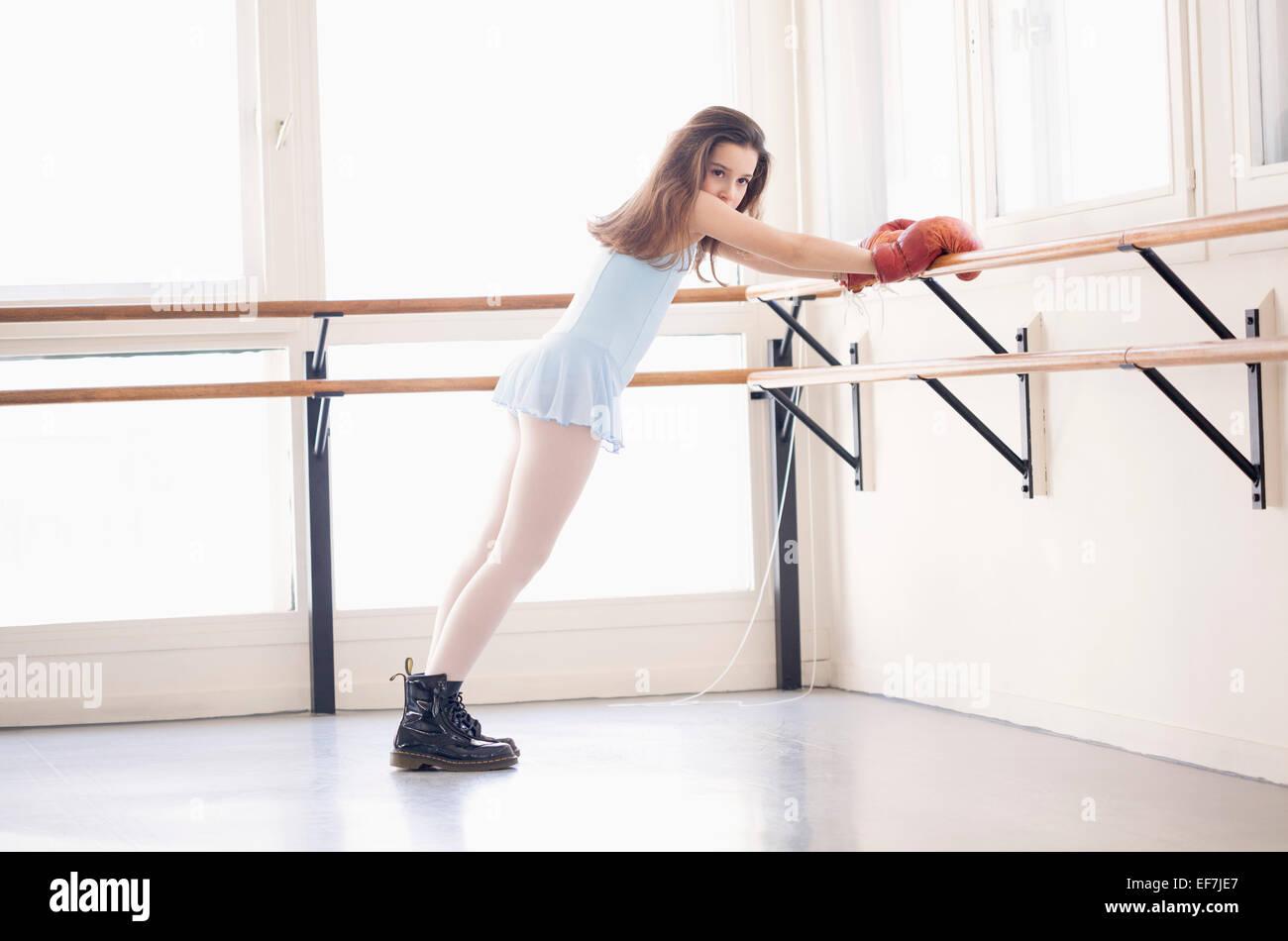 Mädchen trainieren im Health club Stockbild