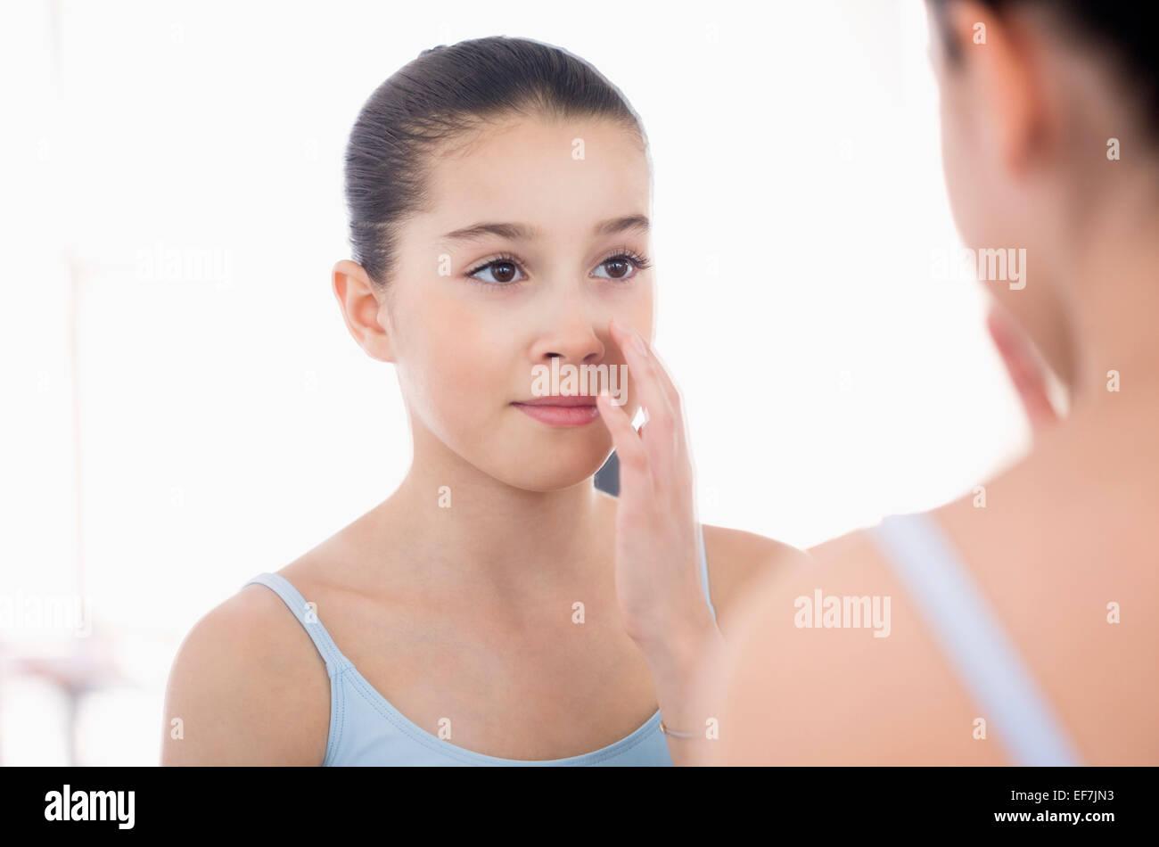 m dchen auf der suche ihr gesicht im spiegel stockfoto