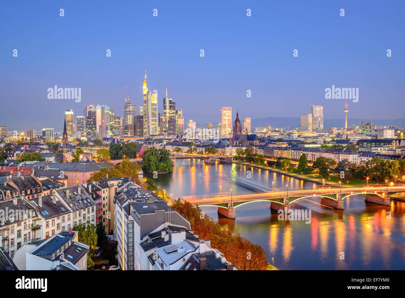 Skyline von Frankfurt am Main über den Main. Stockbild