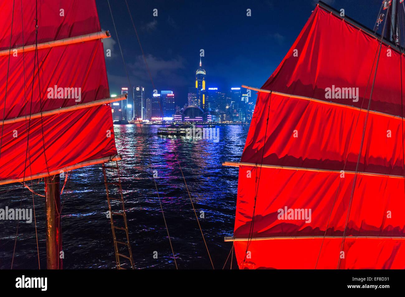 Nachtansicht des Hong Kong Skyline von Kowloon Seite mit Segeln von Müll im Vordergrund Stockbild
