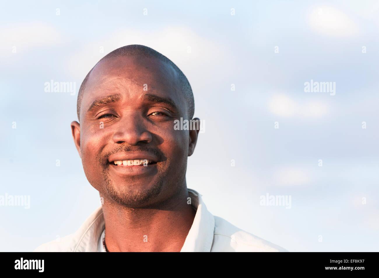 Lächelnd afrikanischen Mann mit Gold verziert, Zähne, Klein Aus, Namibia, Afrika Stockbild