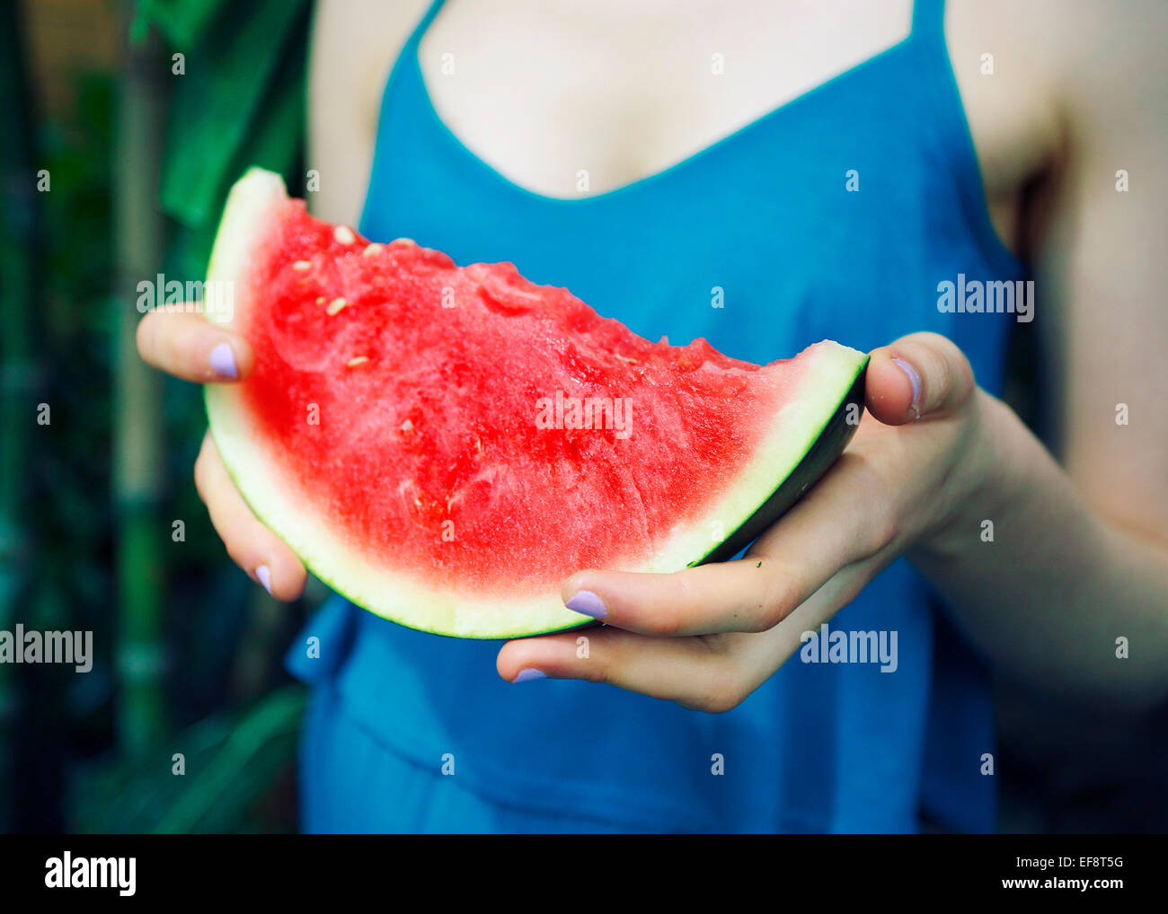 Frau Holding Scheibe Wassermelone Stockbild