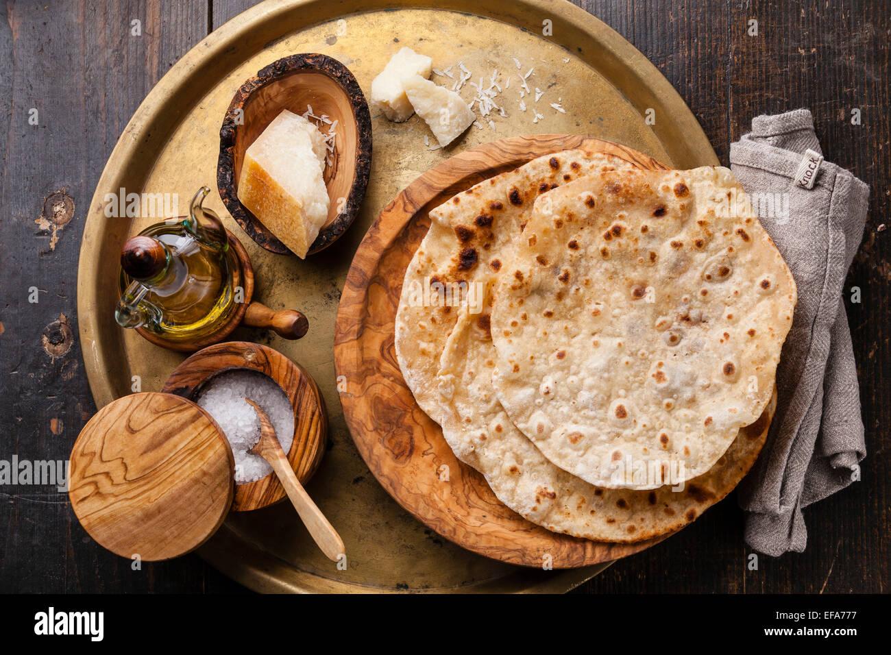 Gebratene Tortilla mit Käse auf Oliven Holzplatte auf Metall Hintergrund Stockbild