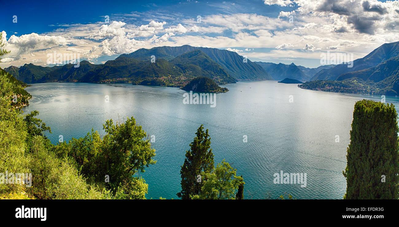 High Angle Panoramablick auf den Comer See nach Bellagio und Lenno aus Burg Vezio, Varenna, Lombardei, Italien Stockbild