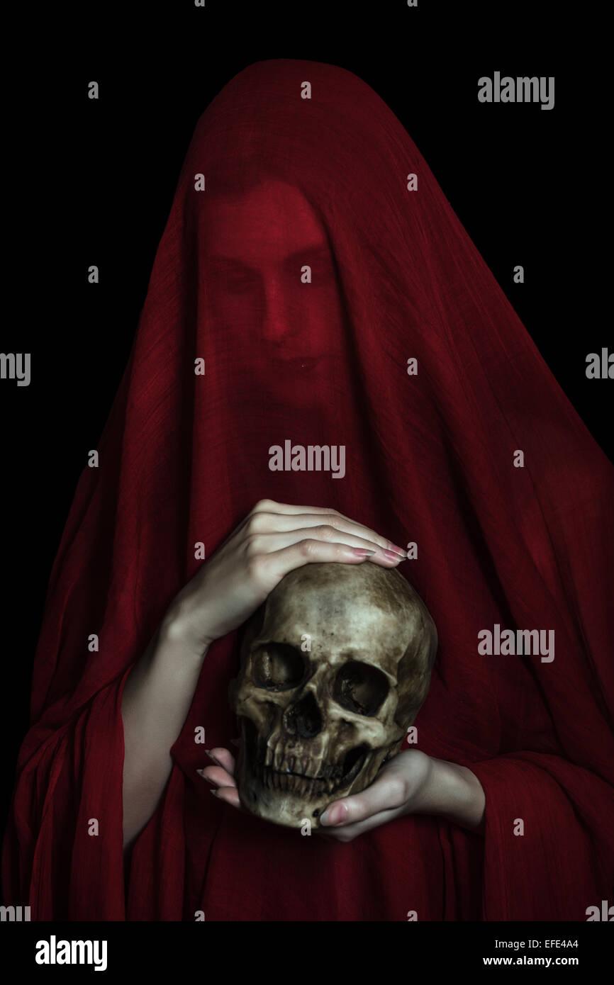 Mädchen posiert mit rotem Tuch. Konzept, Abstraktion Stockbild