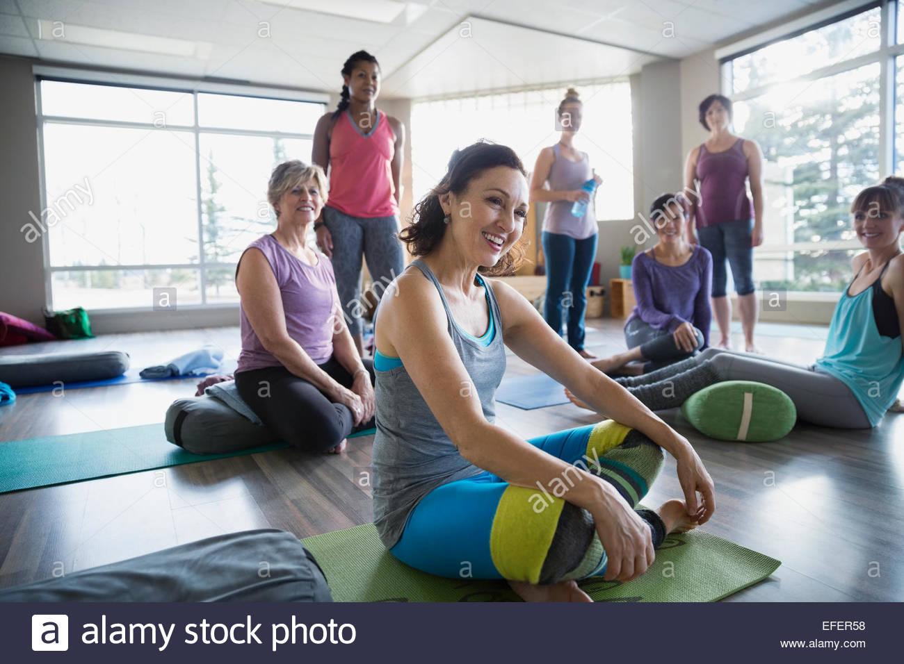 Lächelnde Frauen Restoratives Yoga Klasse Stockbild