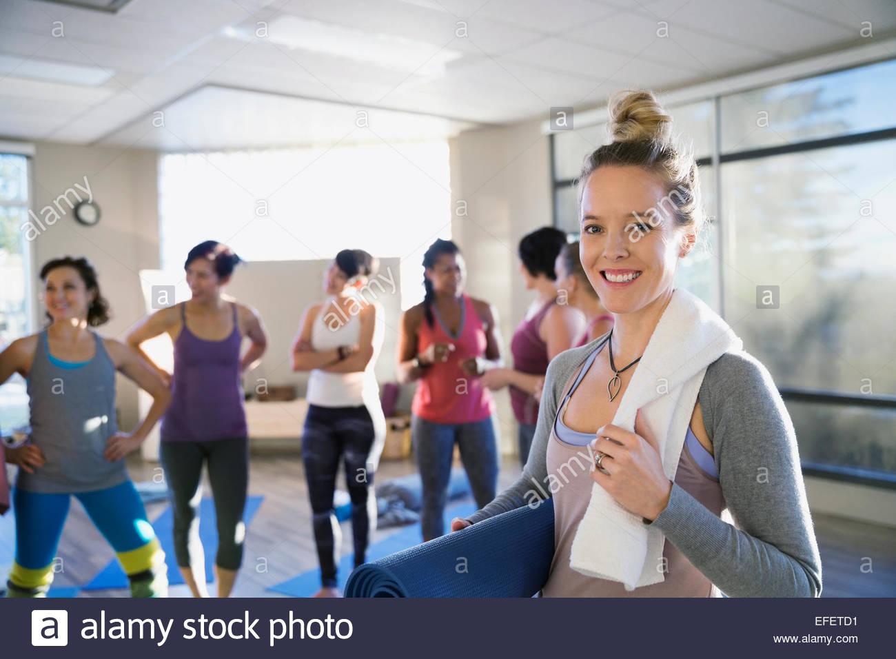 Porträt der lächelnde Frau mit Yoga Matte Klassenzimmer Stockbild
