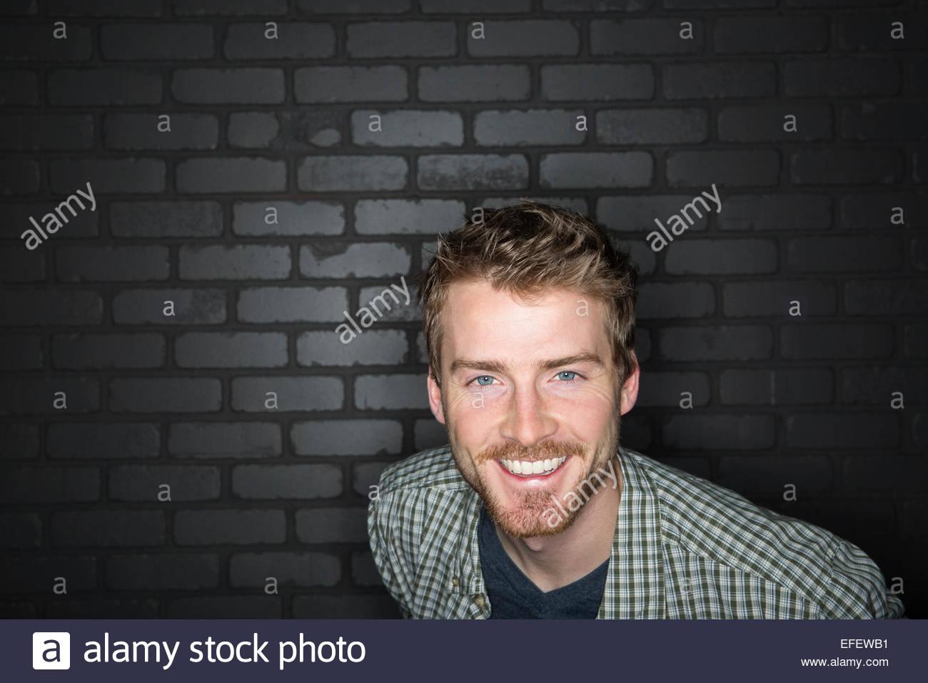 Portrait von begeisterten Mann im karierten Hemd Stockbild