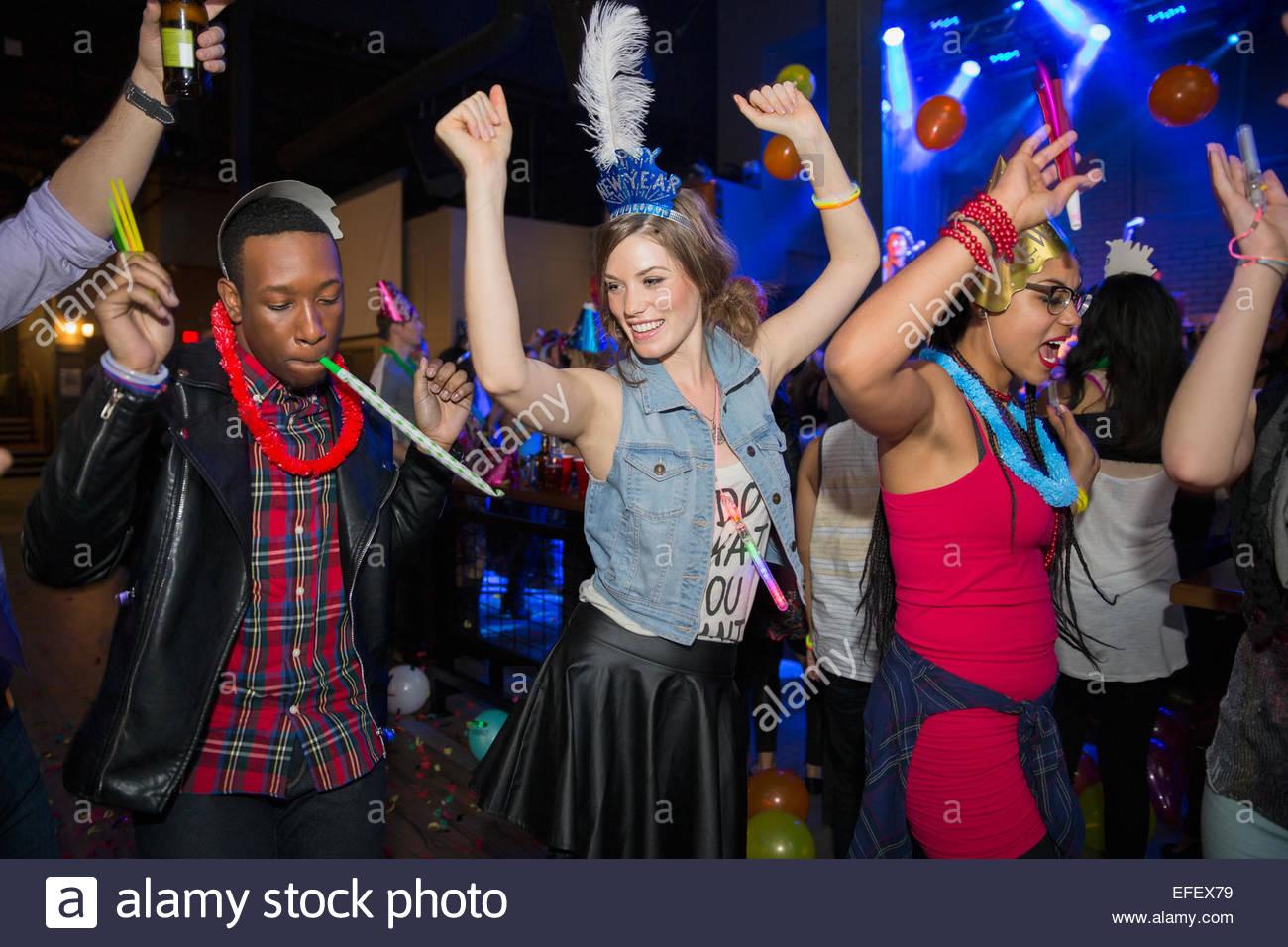 Freunde auf Disco Tanzfläche tanzen Stockbild