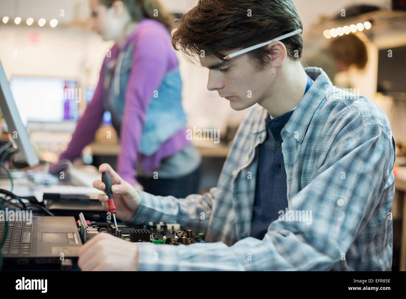 Zwei Personen in einem Computer-Werkstatt. Techniker, jungen Menschen arbeiten, um Computer zu reparieren. Stockbild
