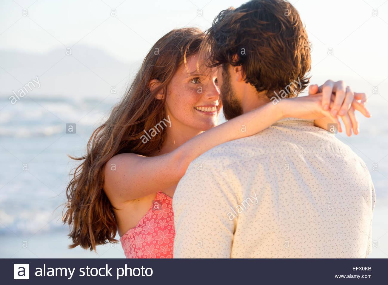 Romantisches Paar, umarmen, küssen, am sonnigen Strand Stockbild