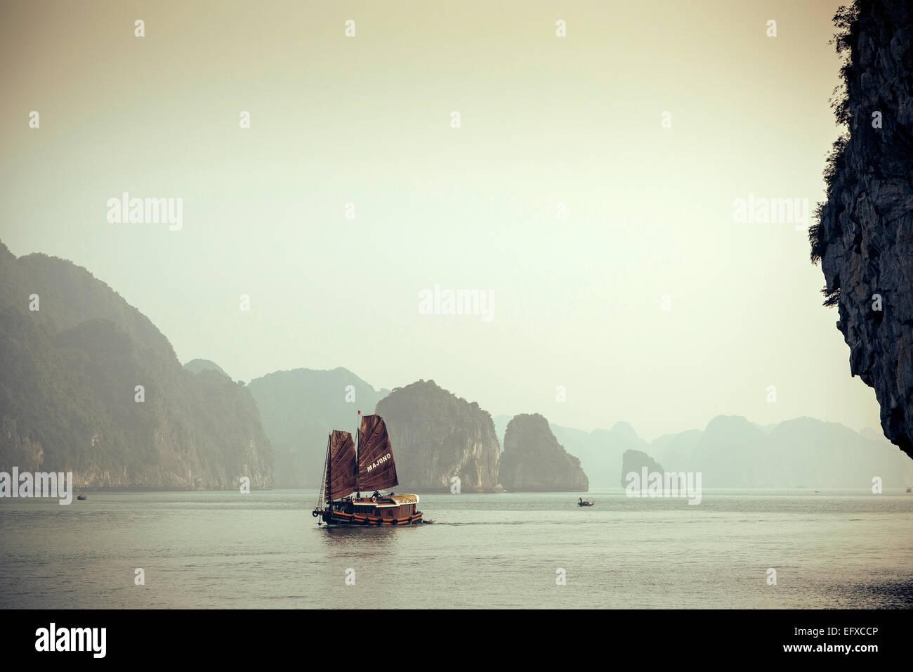 Junk-e-Boot Segeln auf Halong Bucht, Vietnam Stockbild