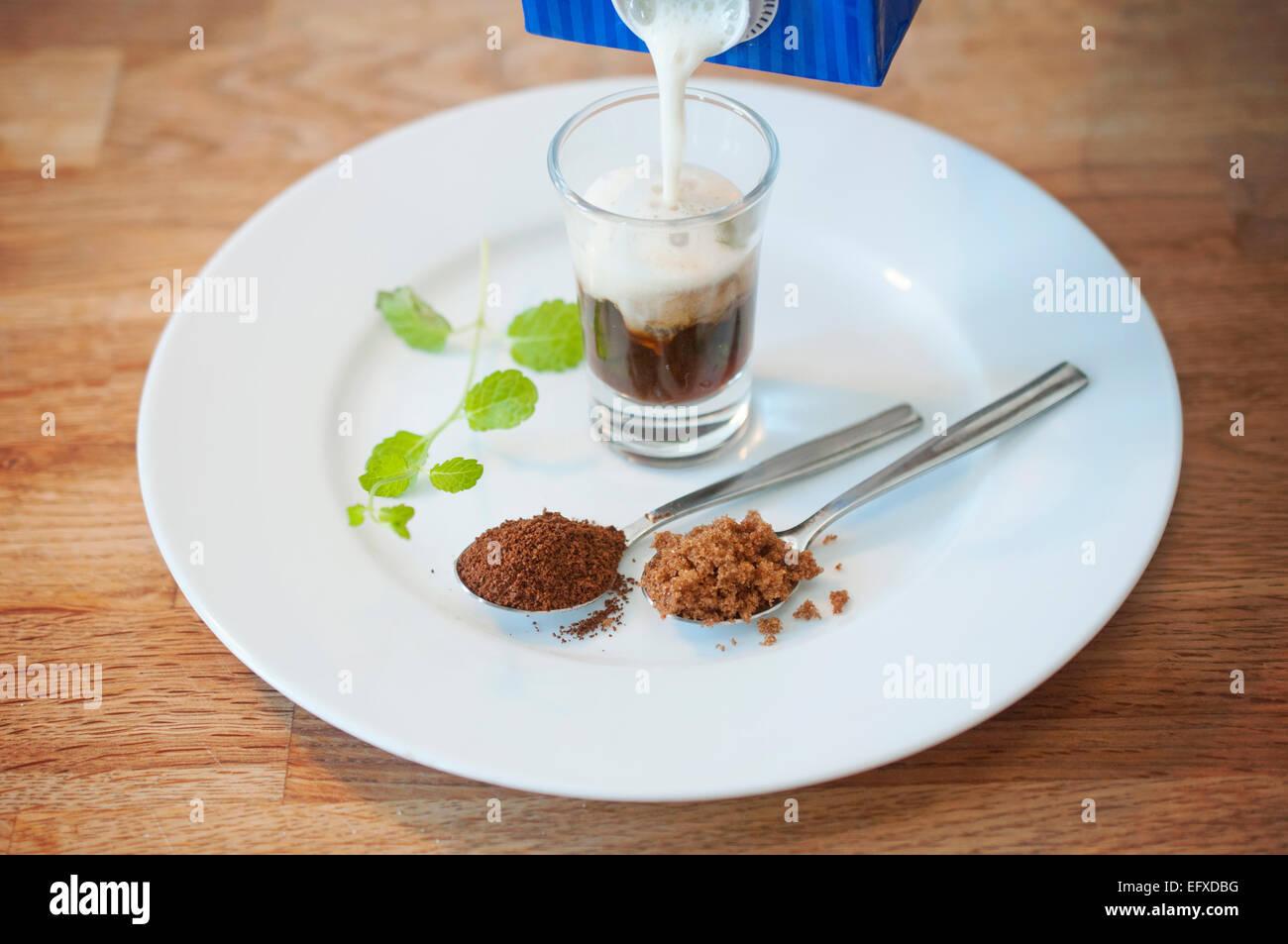 Hausgemachte Spezialitäten-Kaffee-Getränk mit frischer Minze, brauner Zucker und aufgeschäumte Sojamilch. Stockbild