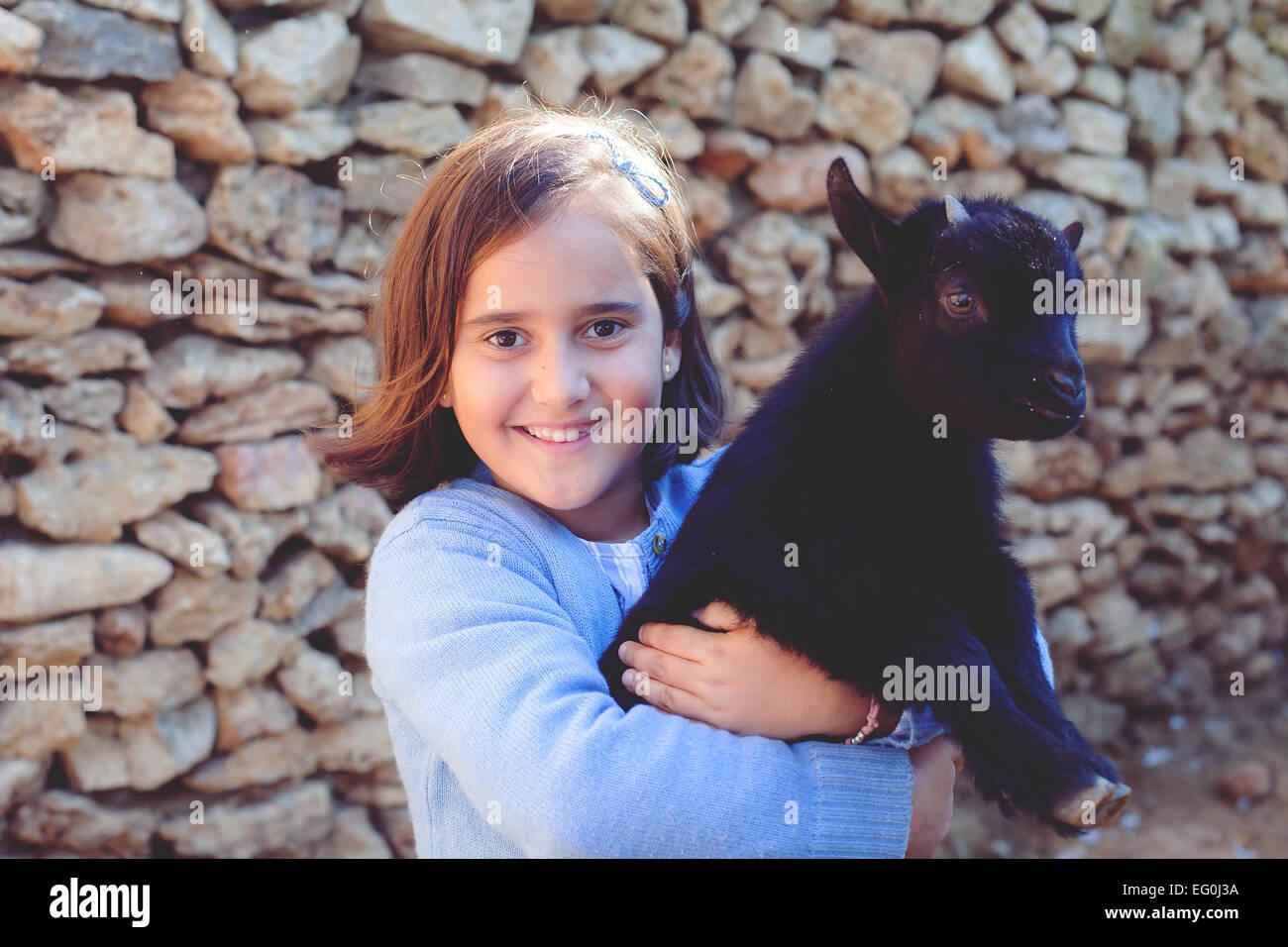 Porträt von Mädchen (6-7) mit Haustier Ziege Stockbild