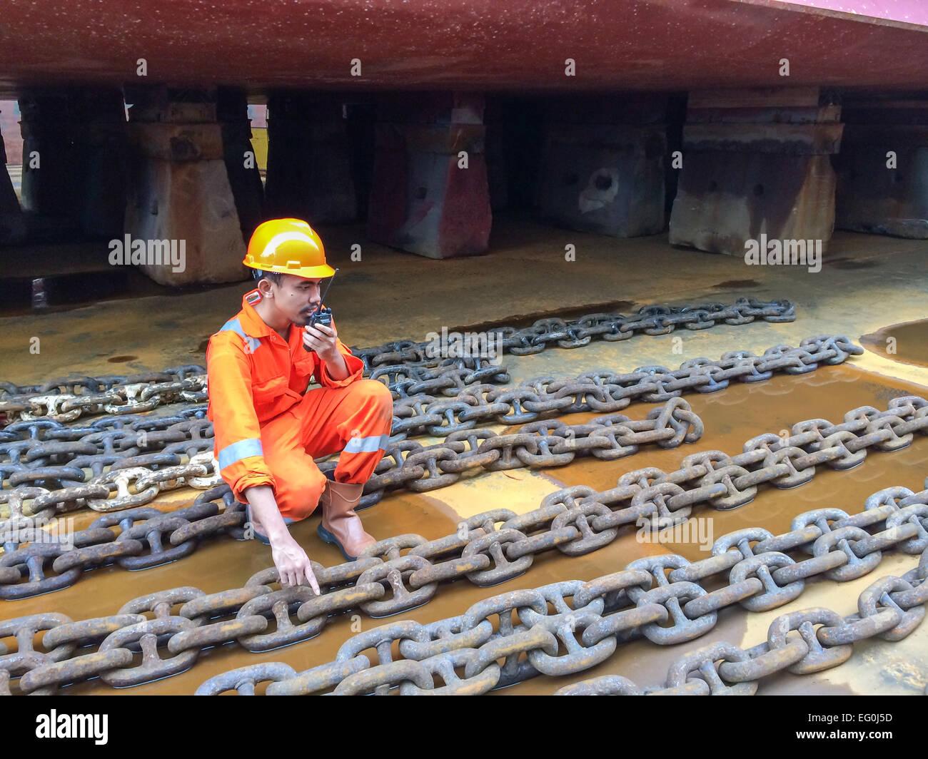 Dock-Arbeiter in einer Werft im Gespräch auf ein Walkie-Talkie Stockbild