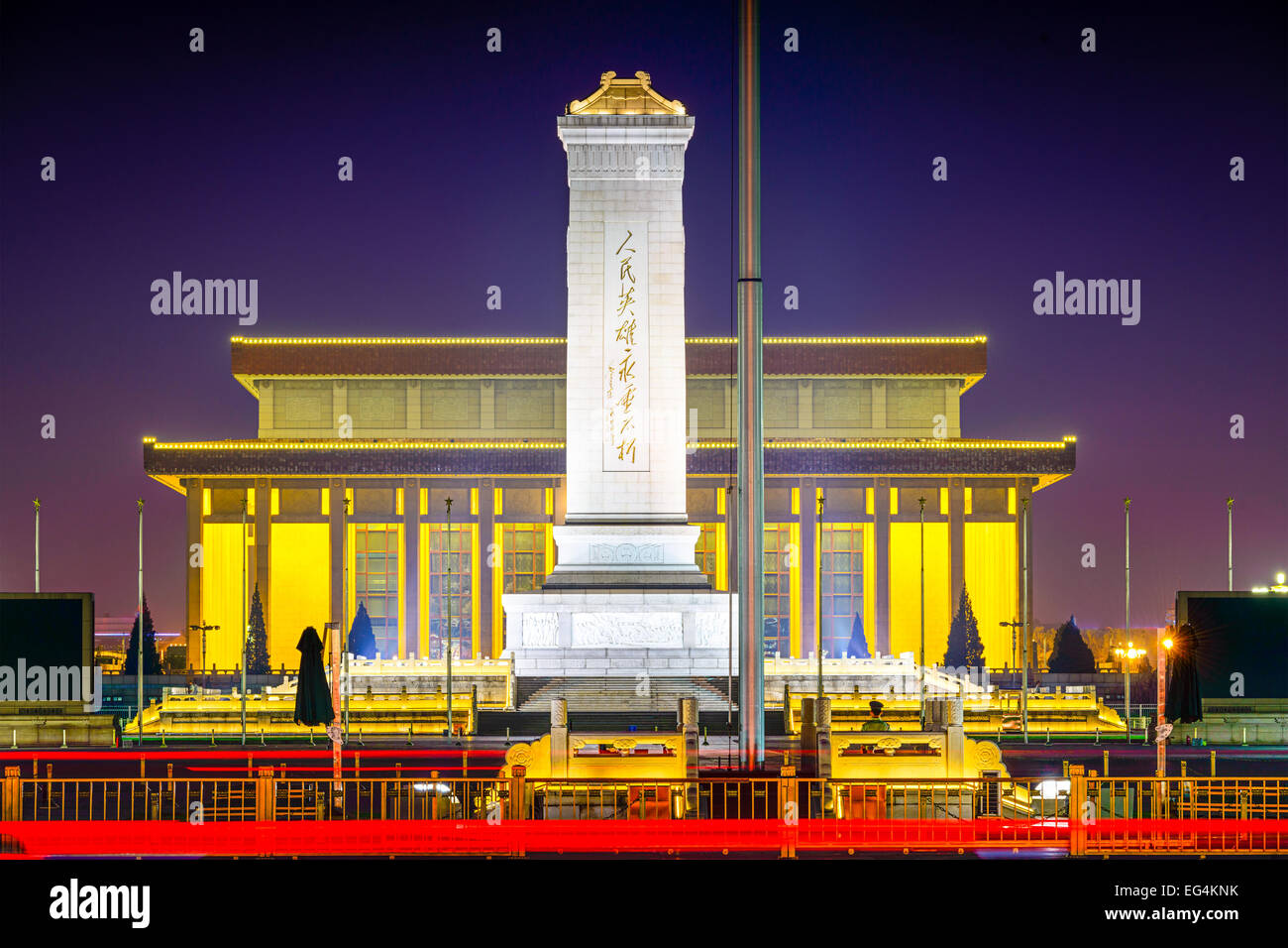 Peking, China am Denkmal für die Helden des Volkes am Tiananmen-Platz in der Nacht. Stockbild