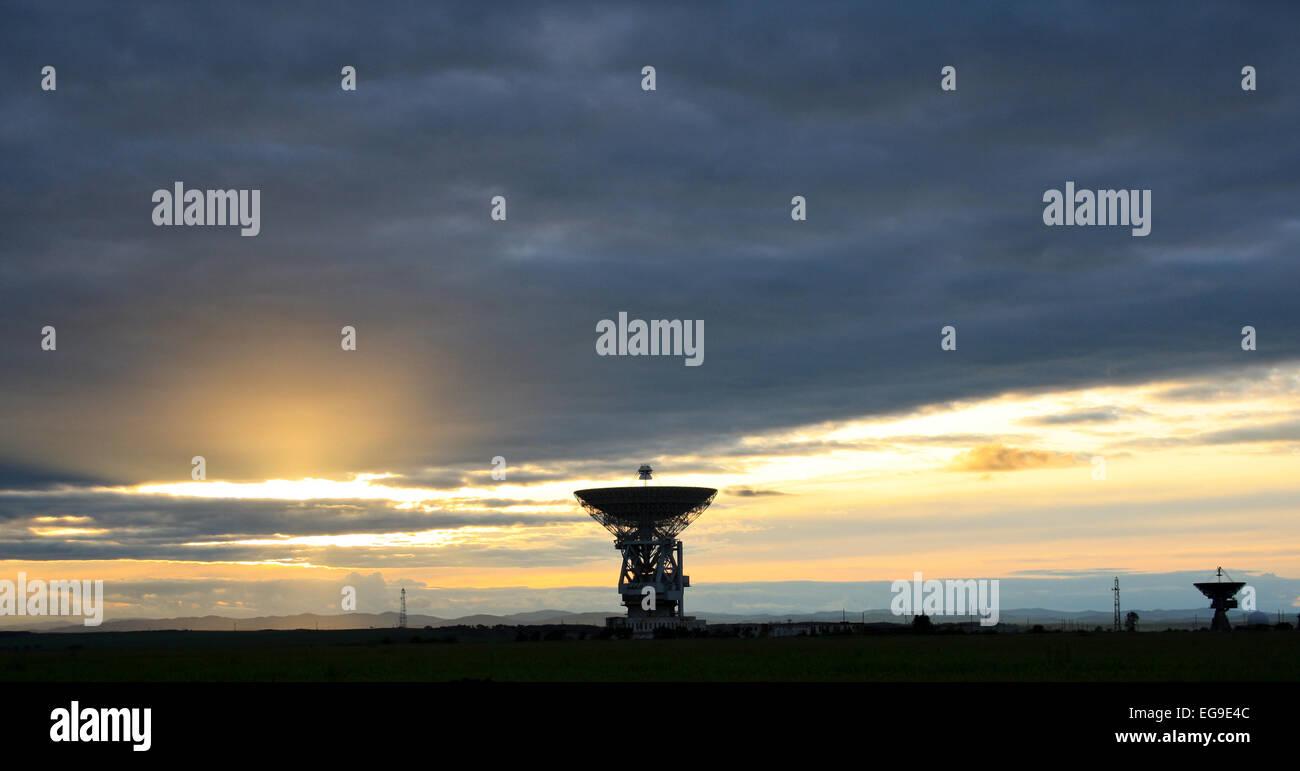 Locator einer Weltraum Kommunikation gegen einen Sonnenuntergang. Stockfoto
