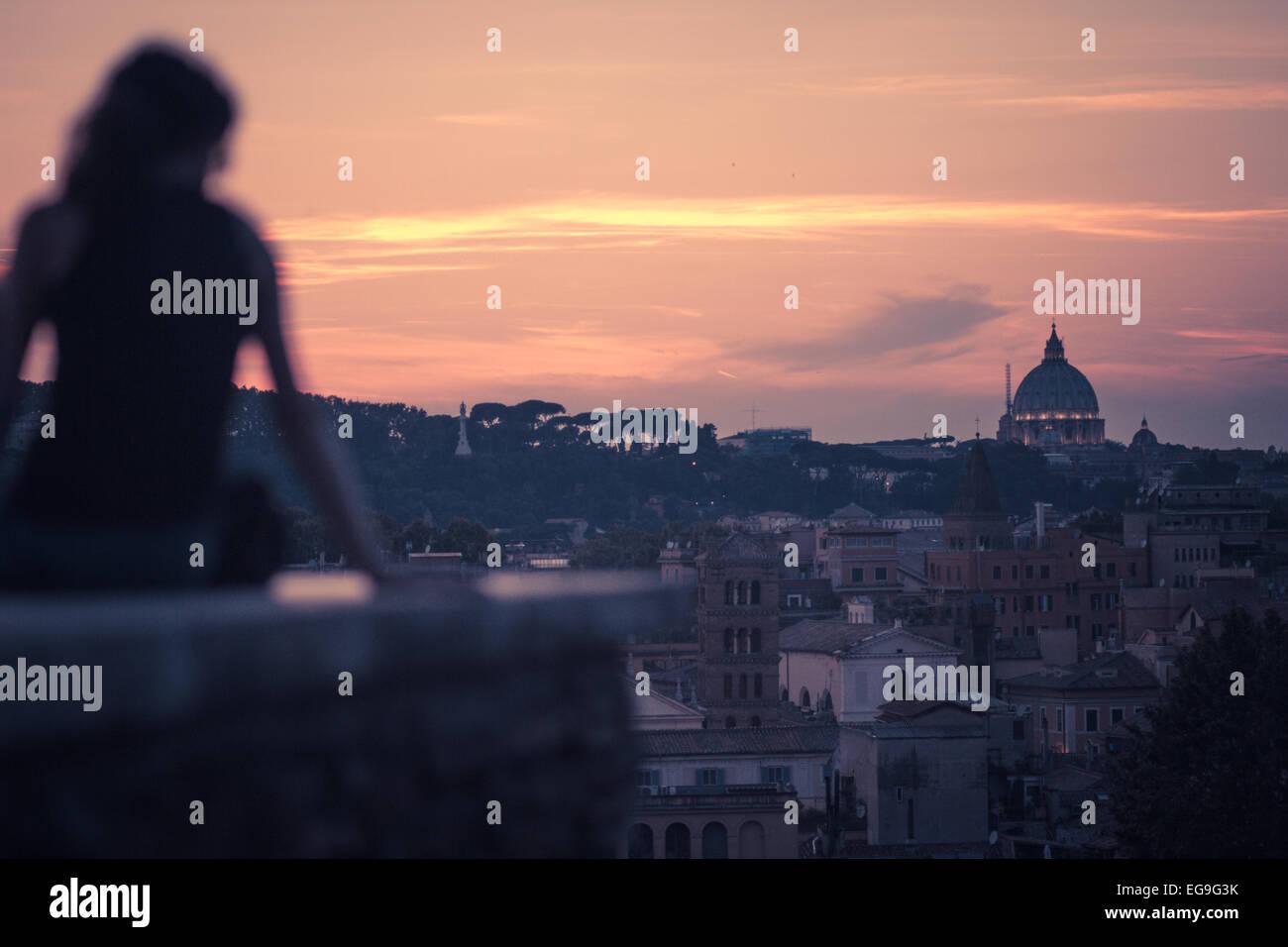 Italien, Rom, Frau Darsteller römische Sonnenuntergang am Giardino Degli Aranci Peak Stockbild
