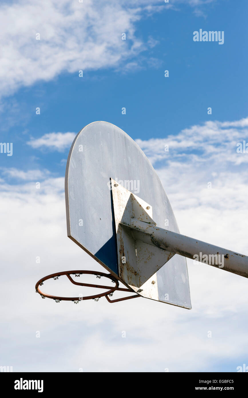 Basketballkorb gegen ein bewölkter Himmel Stockbild