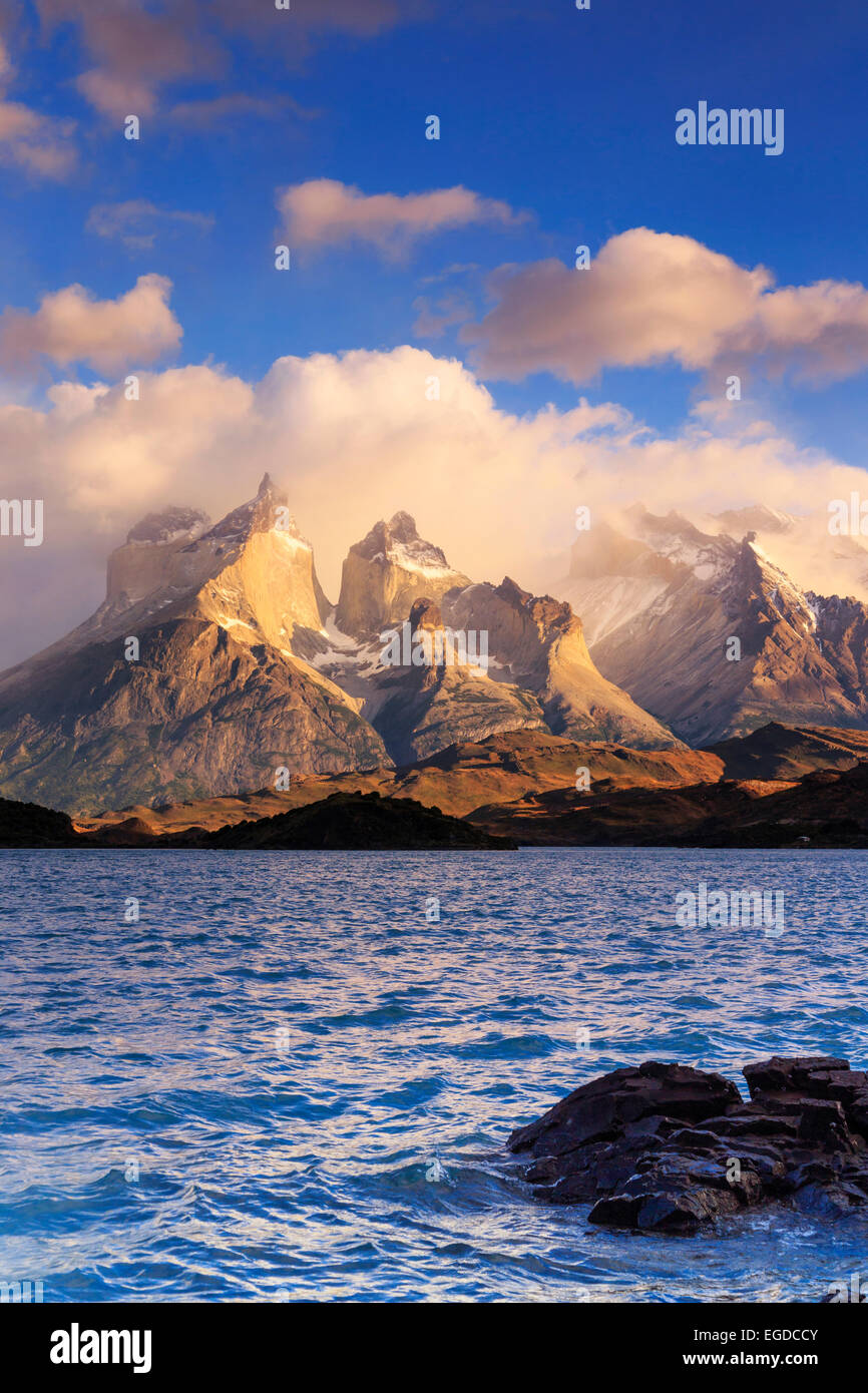 Chile, Patagonien, Torres del Paine Nationalpark (UNESCO-Website), Cuernos del Paine Gipfel und See Pehoe Stockbild
