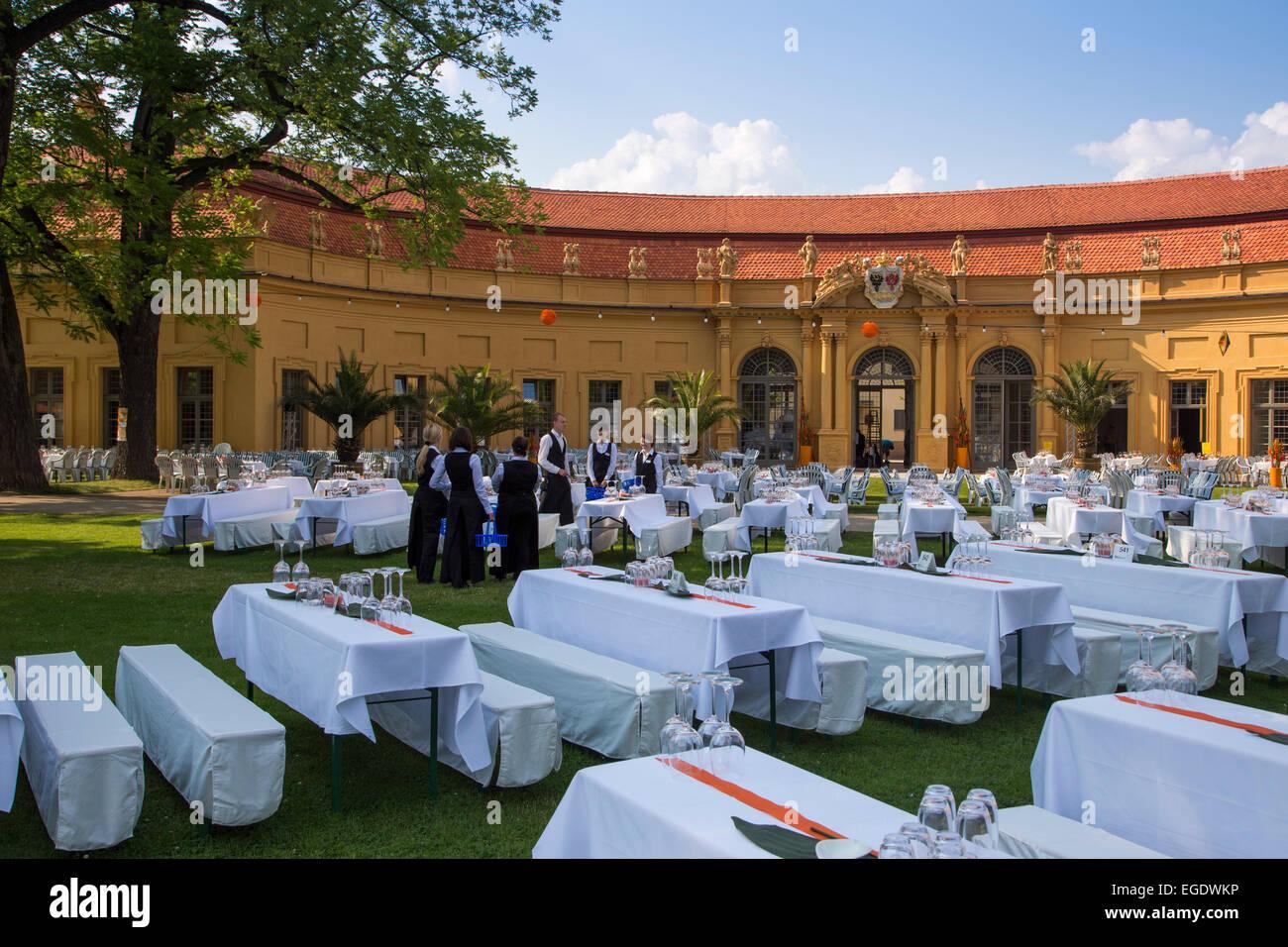 Elegante Tisch-Einstellungen für den offiziellen Ball im Schlossgarten, veranstaltet von der Universität Stockbild