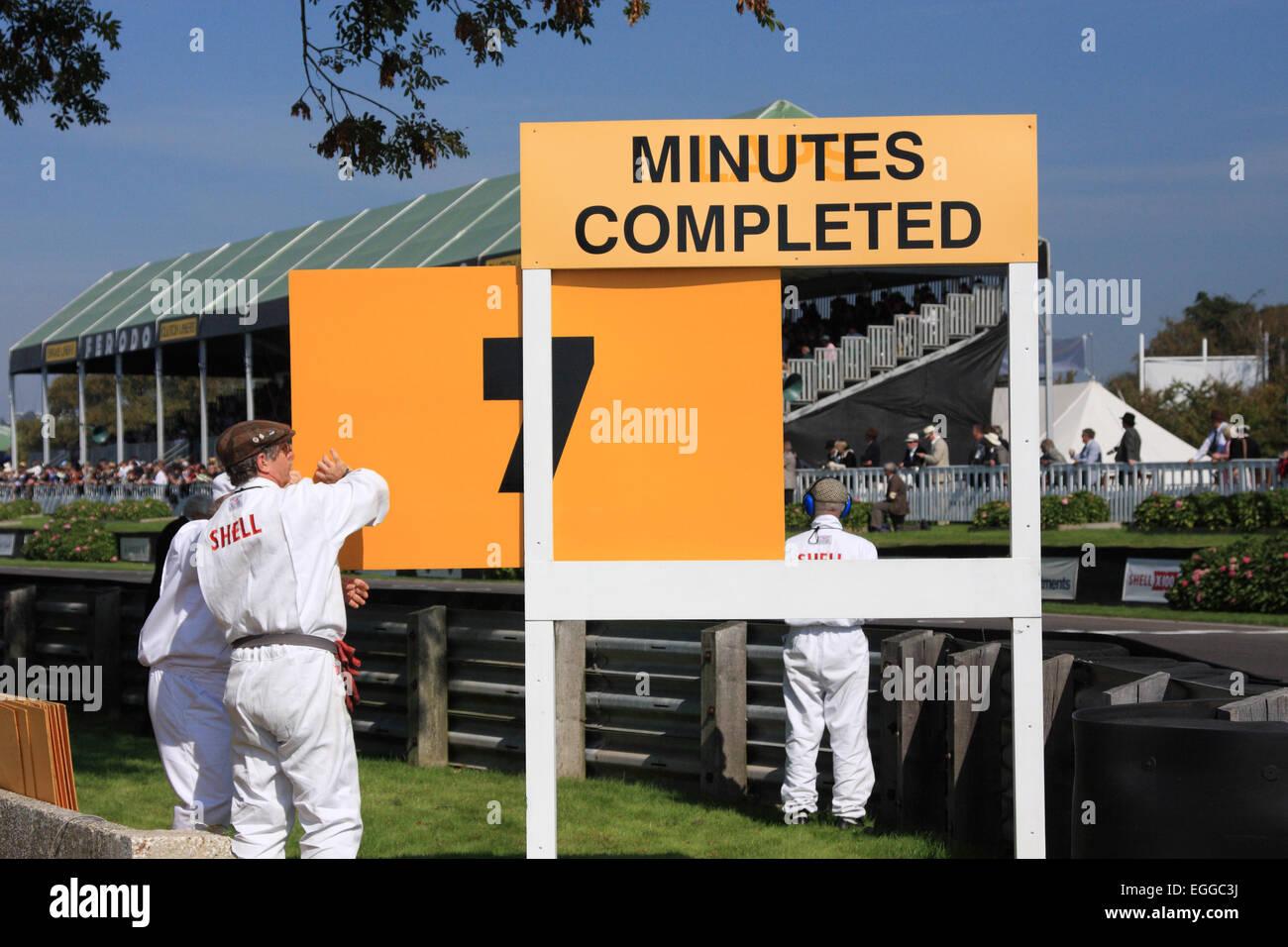 Die verstrichene Zeit während der Rennen eines Satzes Dauer wird kurz nach der Ziellinie angezeigt / Goodwood Stockbild