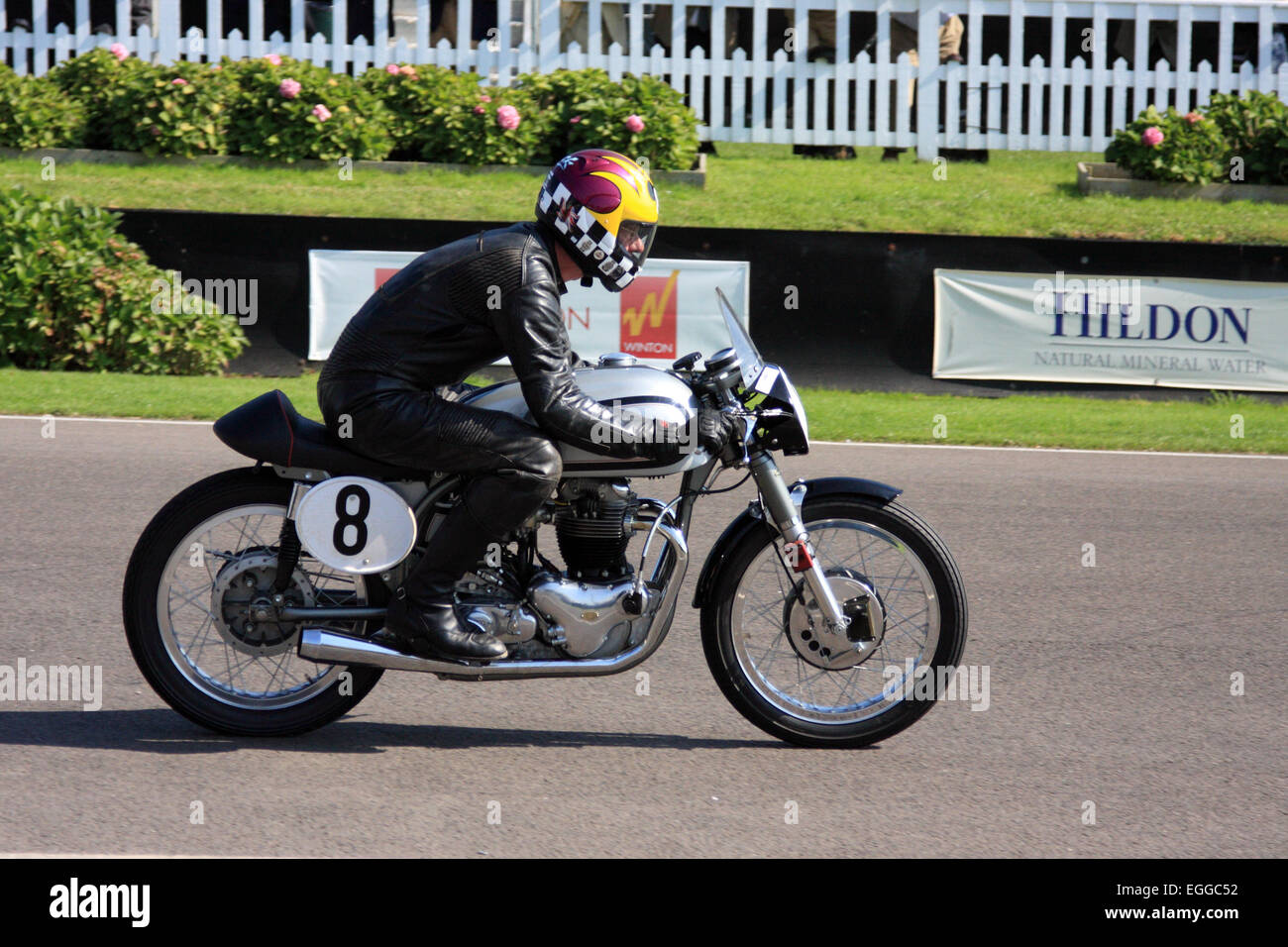 1954 Norton Dominator in Rennen 1 von der Barry Sheene Memorial Trophy / beim Goodwood Revival / Goodwood / Großbritannien Stockbild