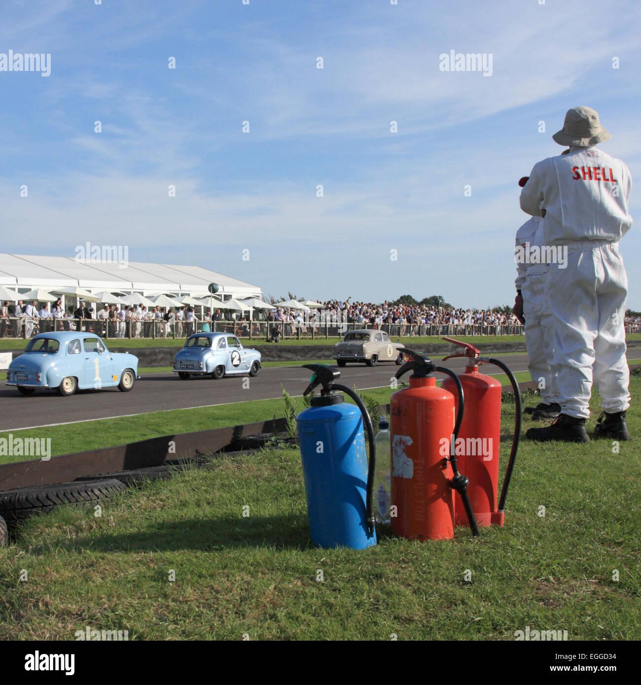 Fire Marshals auf der wichtigsten geraden / Goodwood Revival / Goodwood / UK Stockbild