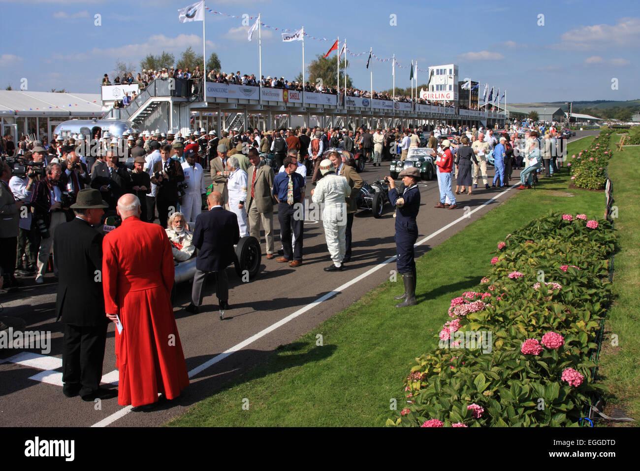 Überfüllten Startaufstellung vor der Parade von Goodwood Legenden / Goodwood Revival / Goodwood / UK Stockbild