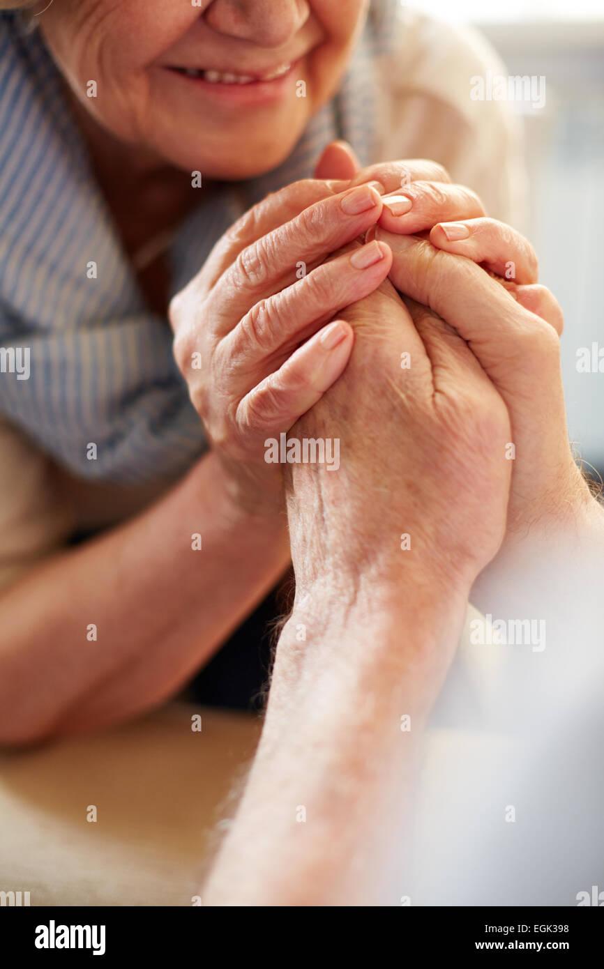 Händen der liebevollen Senioren Stockbild