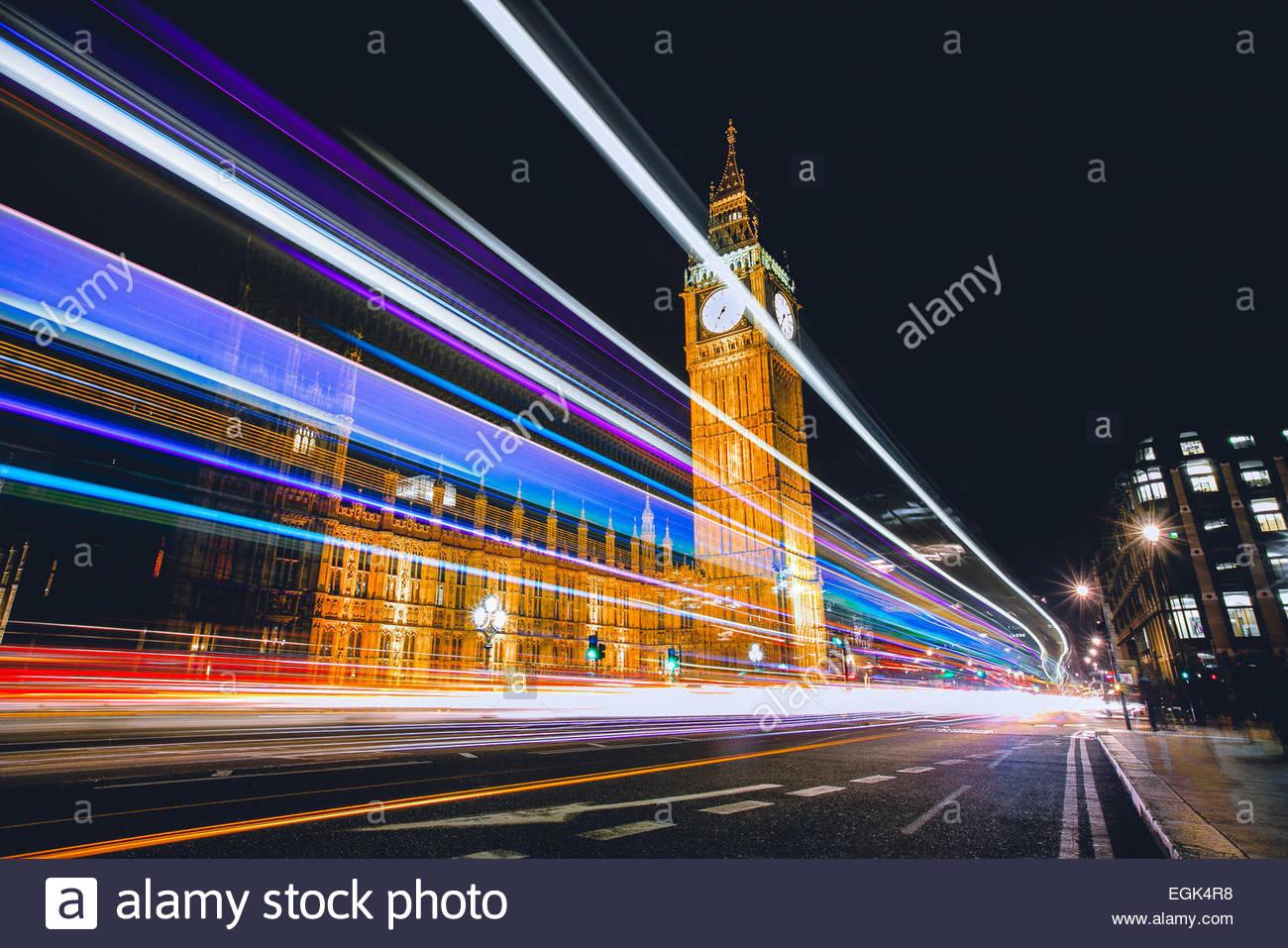 UK, London, Big Ben im Hintergrund und Verkehr während der Nacht Stockbild