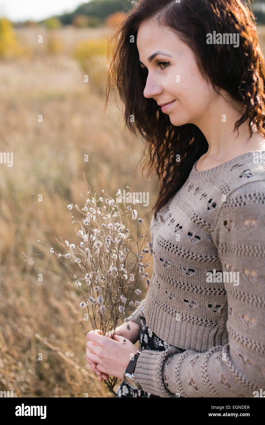 Porträt einer jungen Frau mit einen schönen Blumenstrauß gemacht von Trockenblumen Stockbild