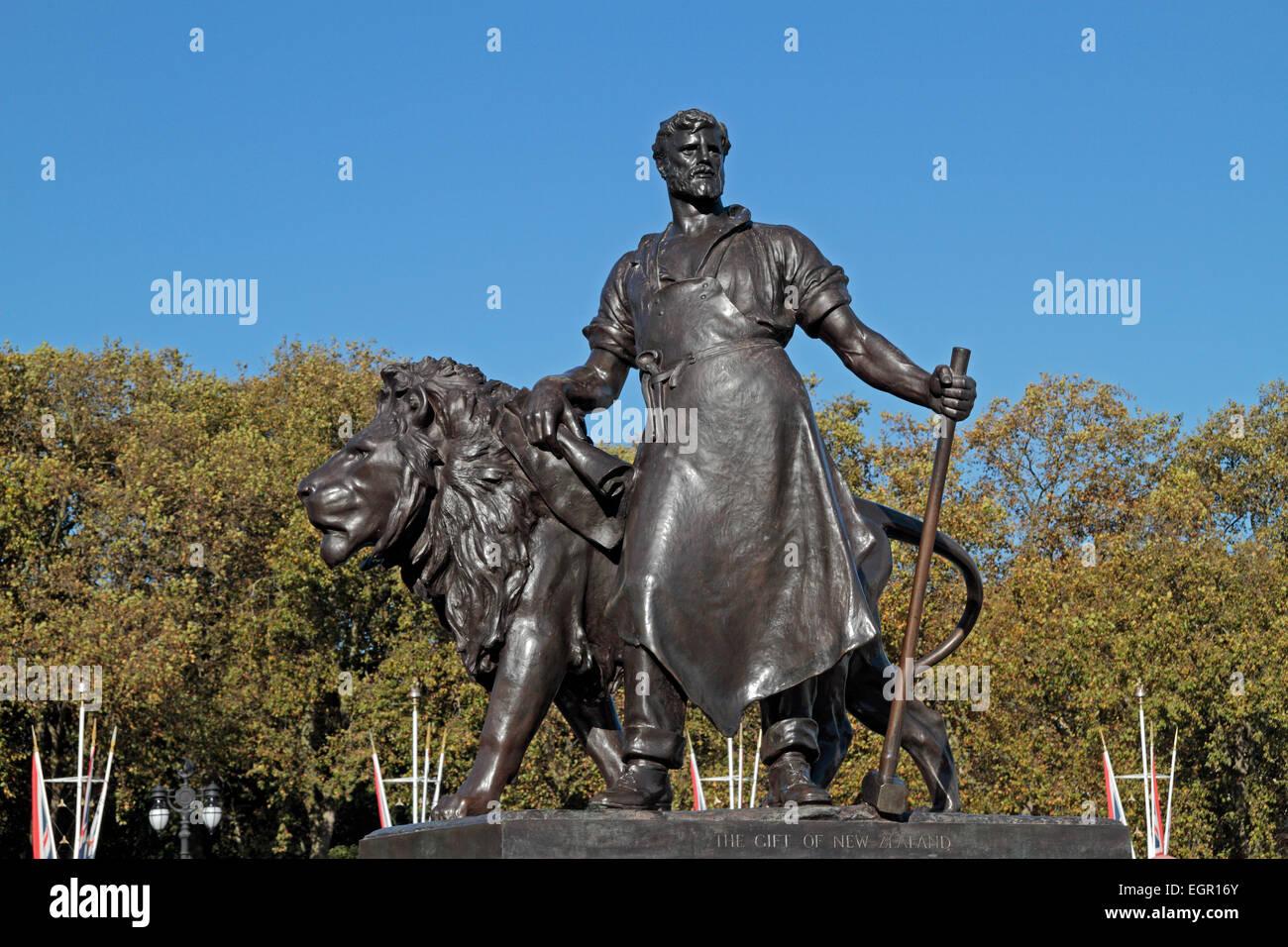 Die Herstellung Skulptur, gestiftet von Neuseeland, auf einem Sockel rund um das Queen Victoria Memorial, Buckingham Stockbild