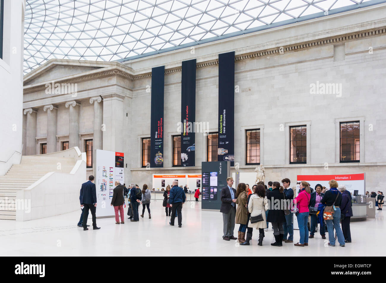 Foyer des British Museum, London, England, UK mit Touristen Stockbild