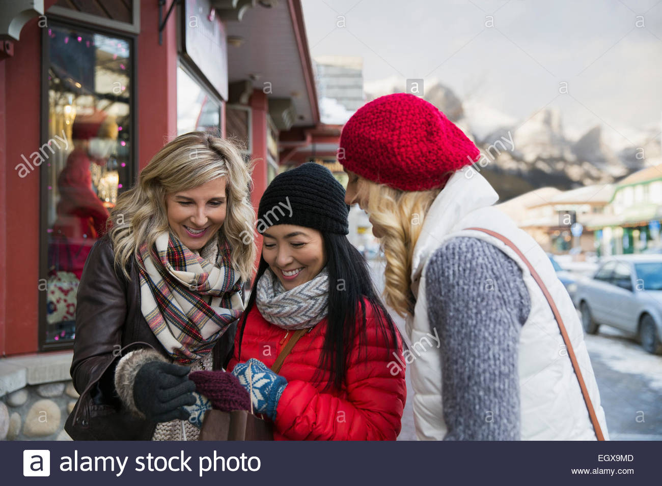 Frauen in warme Kleidung betrachten Schal Stockbild