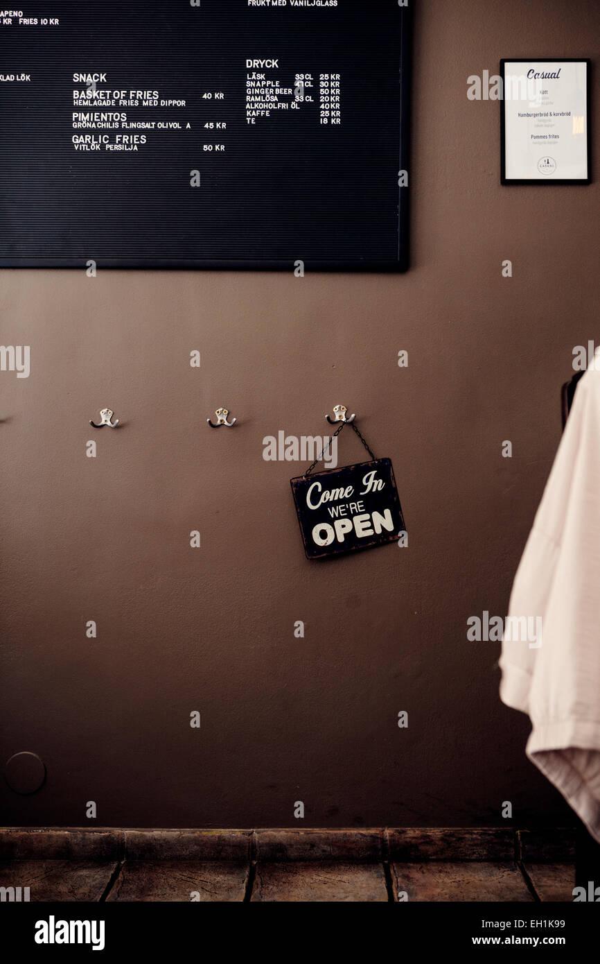 """Schild """"geöffnet"""" hängen am Haken im restaurant Stockbild"""