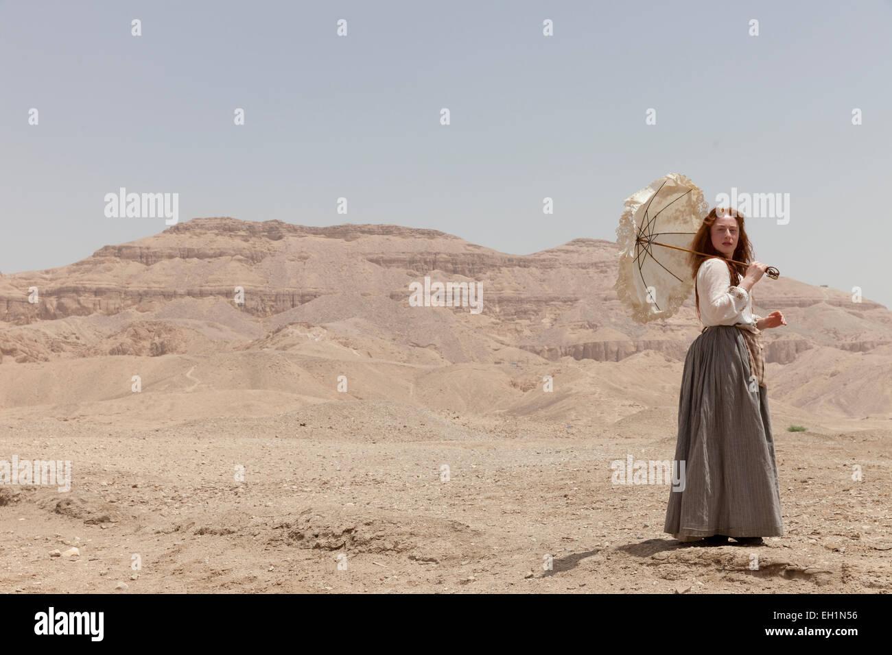 Eine Schauspielerin in Tracht, die eine Rolle in der Nähe von das Tal der Königinnen, Luxor, Ägypten Stockbild