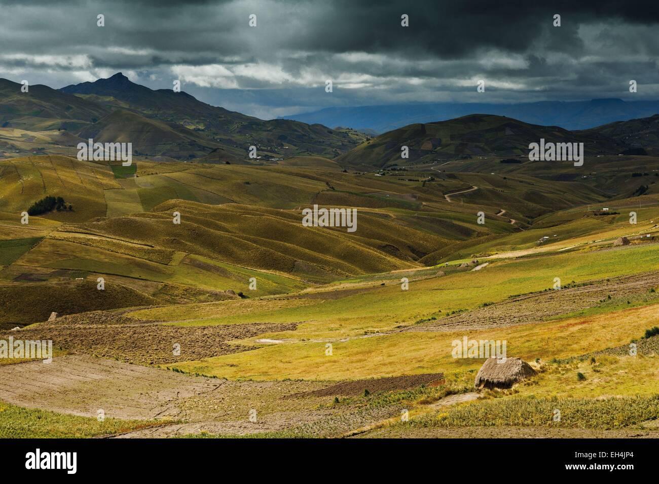 Ecuador, Cotopaxi, Tigua, andine Berglandschaft unter Gewitterhimmel Stockbild
