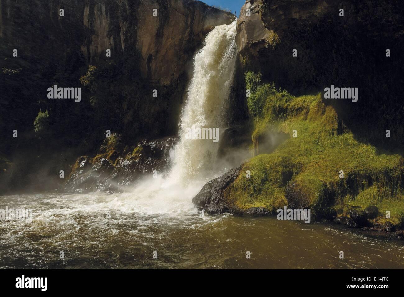 Ecuador, Cotopaxi, Cotopaxi Nationalpark, natürlichen Wasserfall in ein Becken, umgeben von vulkanischen Gesteinen Stockbild
