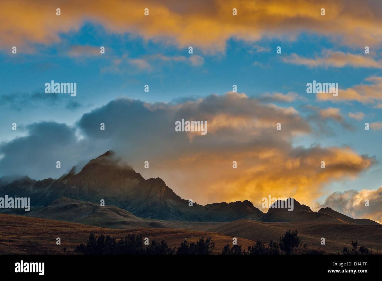 Ecuador, Cotopaxi, Cotopaxi Nationalpark, andine Berglandschaft von Ebenen und Steppen bei bewölktem Himmel Stockbild