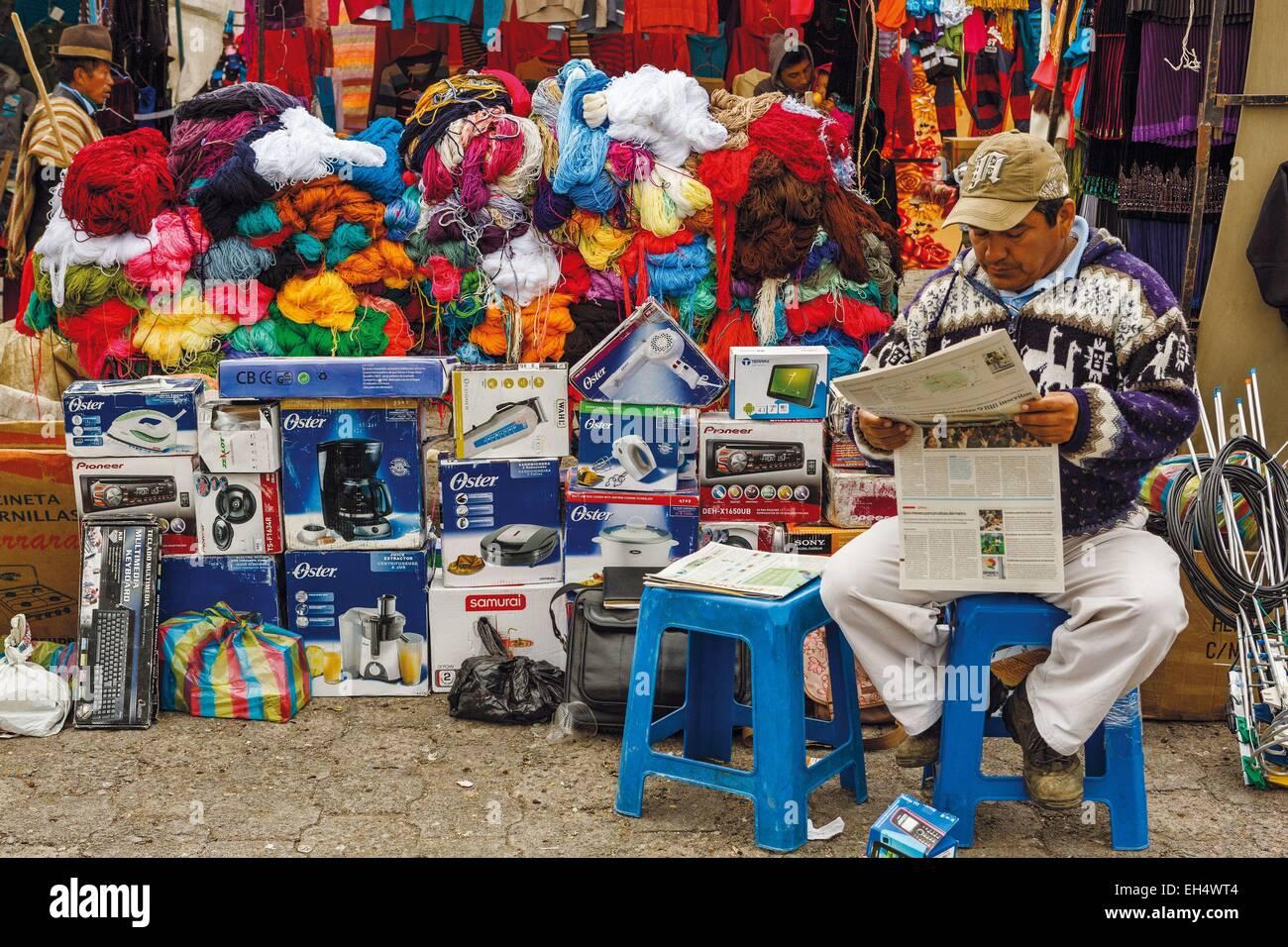 Ecuador, Cotopaxi, Zumbahua, das Dorf von Zumbahua Markttag, lesen die Zeitung vor seinem Geschäft Markt Händler Stockfoto