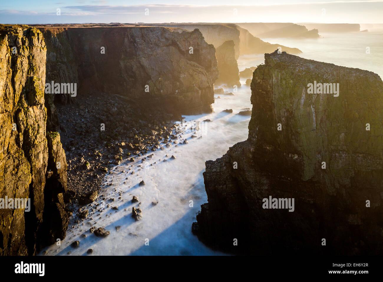 Blick Richtung Elegug Stack, Pembrokeshire Coast National Park, Merrion, Pembrokeshire, Wales, Vereinigtes Königreich, Stockbild