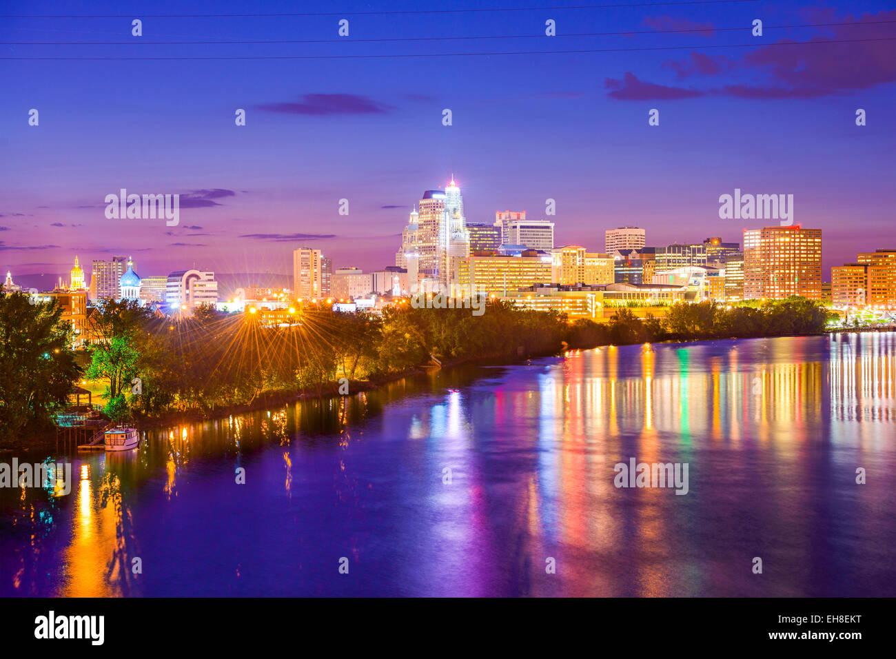 Hartford, Connecticut, USA Skyline Innenstadt über den Fluss. Stockbild