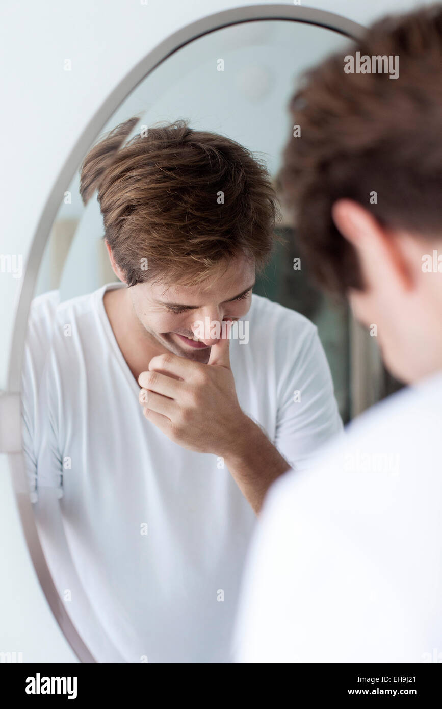 Menschen lachen, sich selbst in Spiegel Stockbild