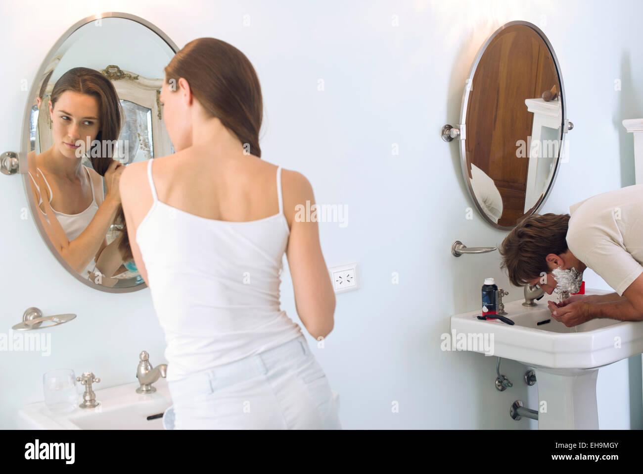 Bürsten der Haare, rasieren Mann Frau Stockbild