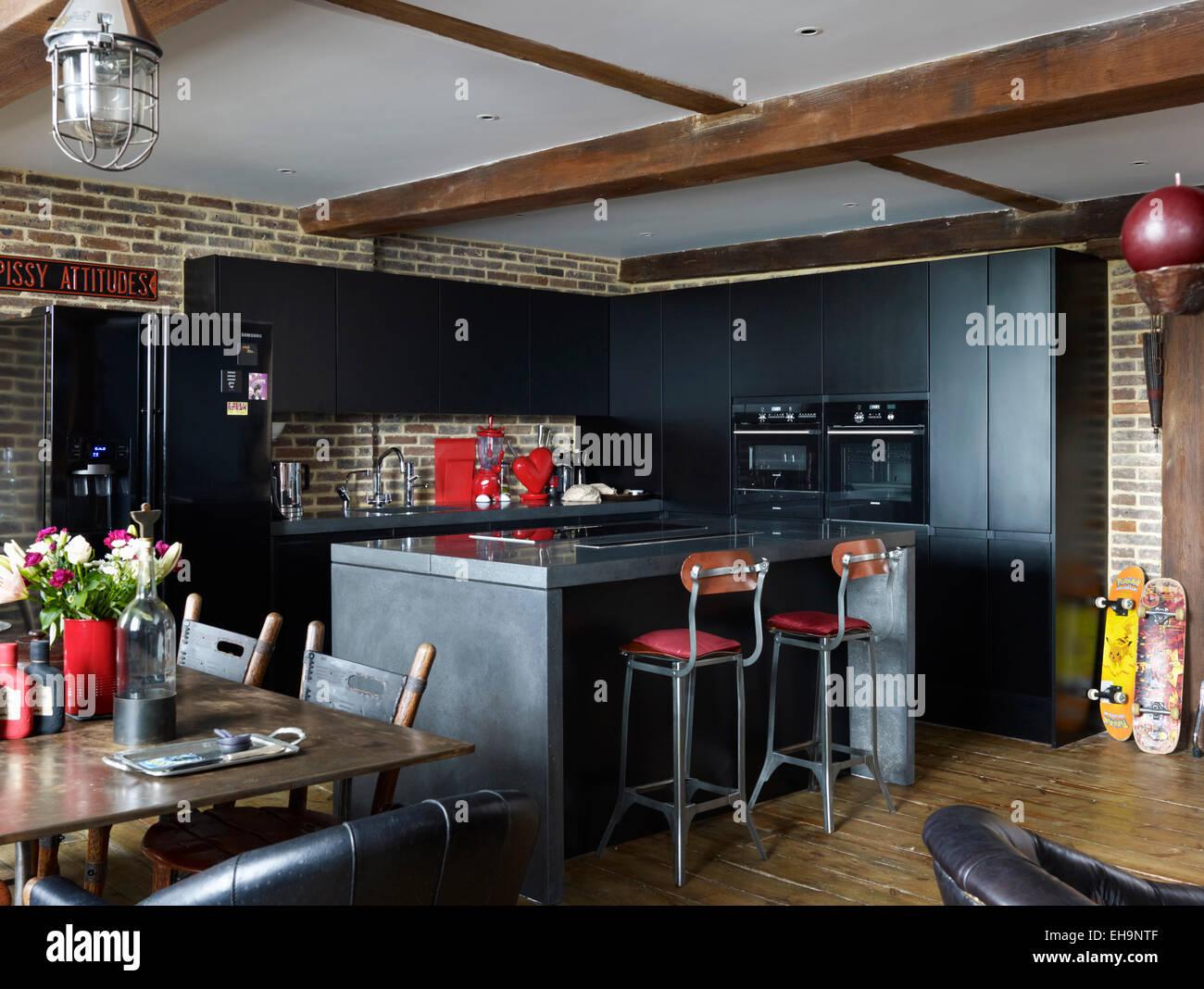 Schwarze Küche Einheiten innerhalb offen geplanten Balkendecke in ...